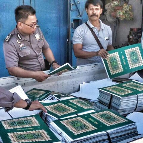 Terompet Tahun Baru 2016 berbahan sampul Al-Qur'an dan Buku Iqra' di Kendal Jawa Tengah (2)
