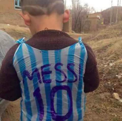 anak korban perang di irak memakai kaos jersey no 10 milik messi dari kantong plastik