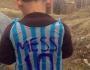 Anak korban perang memakai jersey kantong plastik No 10 ini lagi dicari samaMessi
