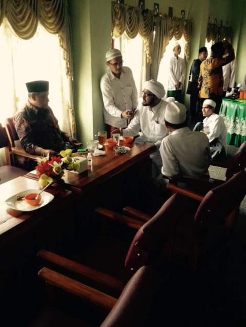 Foto pertemuan antara Habib Taufiq Assegaf dengan Kiai Said saat istirahat sholat dan makan siang sehabis acara Seminar