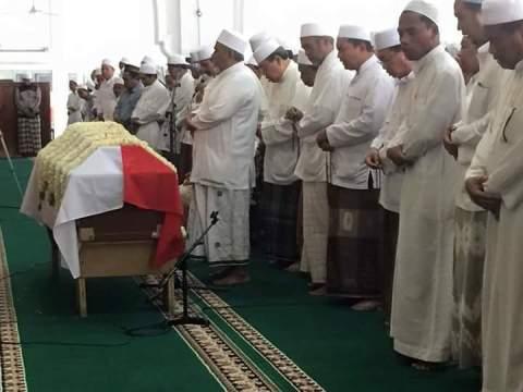 jenazah profesor Soefjan Tsauri disholati di masjid LIPI