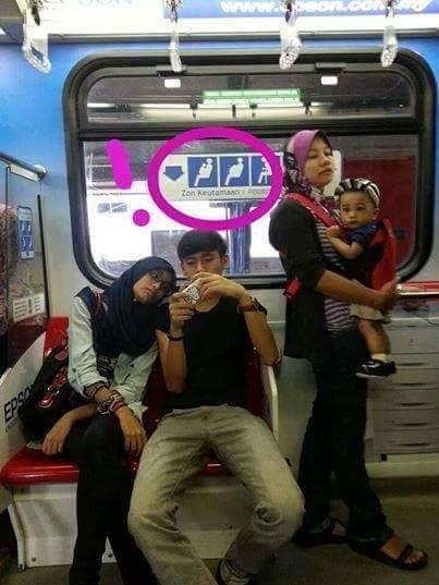 sepasang remaja mengambil hak kursi ibu hamil, menyusui dan lansia di Malaysia