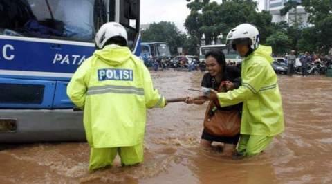 Polisi menolong korban banjir
