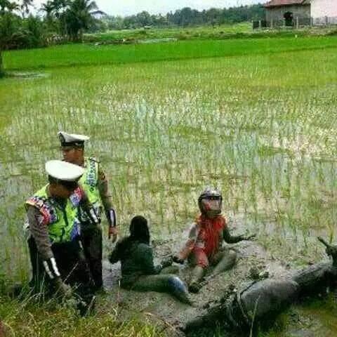 Polisi menolong korban kecelakaan masuk kejebur sawah