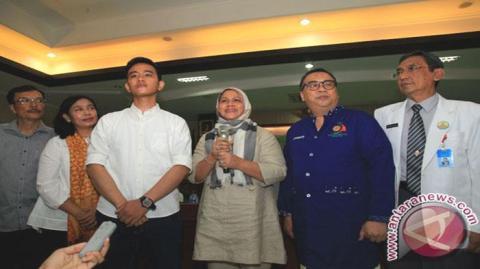 Ibu Negara Iriana Joko Widodo (ketiga kanan) didampingi Putra sulung Presiden Joko Widodo, Gibran Rakabuming Raka (ketiga kiri) serta tim dokter Rumah Sakit PKU Muhammadiyah Solo memberikan keterangan pers, Kamis (10/3/2016).