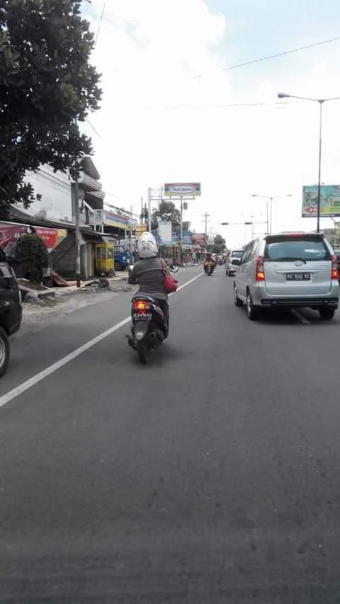 ibu naik Yamaha Mio J minta uang dengan modus bensin motor habis di prambanan Jogjakarta tanggal 13 Maret 2016