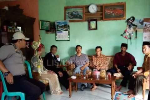 polisi menggagalkan pernikahan sejenis di desa teges wetan kecamatan kepil kab wonosobo maret 2016~01