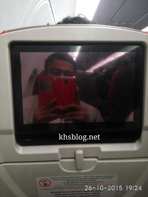 alasan melarang menyalakan handphone di pesawat