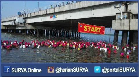 berita-surabaya-selat-madura-berenang_20160428_080640