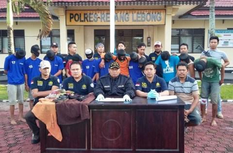 Kapolres Rejang Lebong bersama jajarannya saat menggelar jumpa pers terkait penangkapan 12 tersangka pemerkosaan dan pembunuhan siswa SMP di PUT, tampak ke-12 tersangka menggunakan sebo.