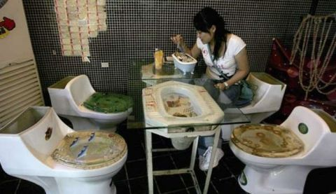 750xauto-ada-ada-saja-kafe-ini-hadirkan-sensasi-makan-di-toilet-150326a