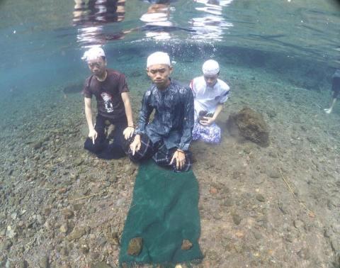alay malaysia sholat didalam air danau tahun 2016