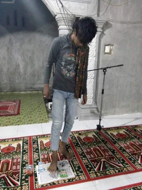pemuda menginjak Al-Qur'an tahun 2016