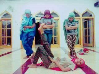 alay perempuan berpose dengan rukuh di masjid