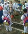 Disaat anak seusianya memakai seragam sekolah, anak kecil ini mesti rela bekerja memungut sampah#sad
