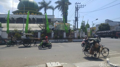 masjid-jamik-lasem-tempat-mangkal-becak-kasrin-haji-ajaib-dari-rembang