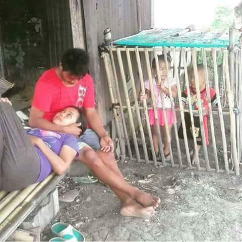 orang-tua-bermesraan-anaknya-masuk-kandang-ayam
