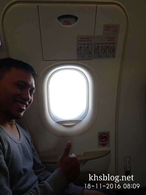 cak-priyo-duduk-dekat-pintu-darurat-pesawat
