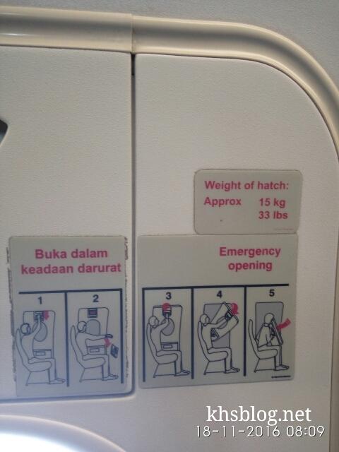 prosedur-buka-pintu-darurat-di-pesawat