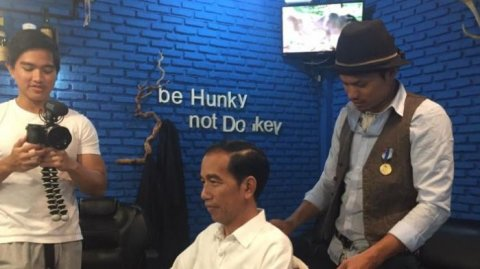 presiden-jokowi-potong-rambut-di-honky-donky-bogor-16-januari-2017