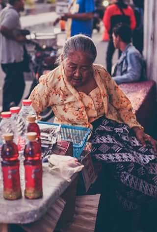 mbah mitro penjual minuman kecil di alun - alun kidul jogjakarta