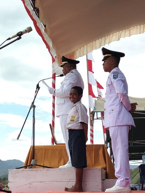 Joni, anak SMPN 1 Silawan Attambua jadi pahlawan saat tali pengait bendera bermasalah